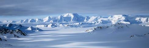 Montanhas e geleiras no Wrangell-St Parque nacional de Elias, Alaska imagens de stock royalty free