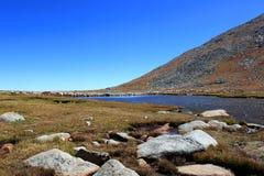 Montanhas e horizonte do lago Fotografia de Stock Royalty Free