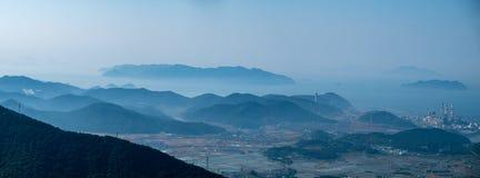 Montanhas e ilhas na névoa pesada Fotos de Stock