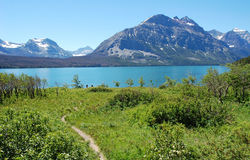 Montanhas e lago Foto de Stock