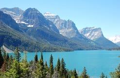Montanhas e lago Fotografia de Stock