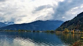 Montanhas e lago imagens de stock royalty free