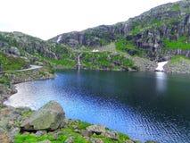 Montanhas e lago bonitos, Noruega imagens de stock