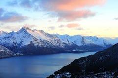 Montanhas e lago da neve em Queenstown, Nova Zelândia Imagem de Stock