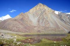 Montanhas e lago de Tajiquistão Foto de Stock Royalty Free