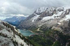 Montanhas e Lago Fedaia nas dolomites - os cumes italianos Fotos de Stock Royalty Free