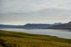 Montanhas e lago no dia nebuloso fotografia de stock royalty free