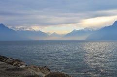 Montanhas e lago no tempo nebuloso Imagem de Stock Royalty Free