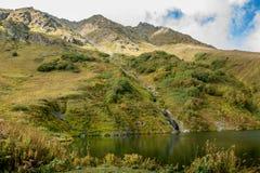 Montanhas e lago verdes Imagens de Stock