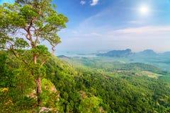 Montanhas e luz do sol em Tailândia Fotos de Stock Royalty Free