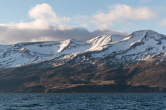 montanhas e mar Neve-tampados fotos de stock