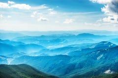 Montanhas e montes azuis Fotografia de Stock Royalty Free