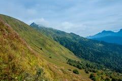 Montanhas e montes verdes Fotos de Stock