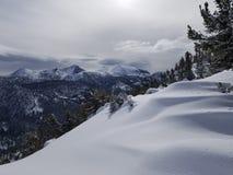Montanhas e neve no recurso celestial imagem de stock