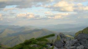 Montanhas e nuvens video estoque