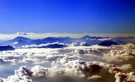 Montanhas e nuvens Fotos de Stock Royalty Free