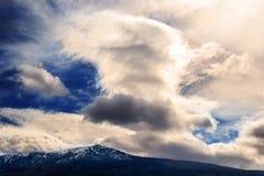 Montanhas e nuvens bonitas Foto de Stock