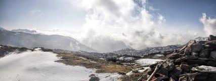 Montanhas e nuvens em Arunachal Pradesh, Índia fotografia de stock