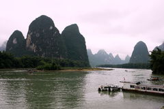 Montanhas e opinião do rio Imagem de Stock Royalty Free
