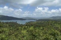 Montanhas e paisagem da água do rio com as nuvens em Satara, Maharashtra, Índia fotos de stock royalty free