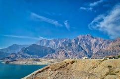 Montanhas e paisagem do céu azul Fotos de Stock Royalty Free