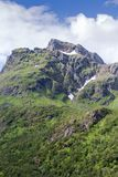 Montanhas e picos dramáticos em Lofoten, Nordland, Noruega foto de stock