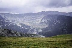 Montanhas e picos na estrada de Transalpina Foto de Stock