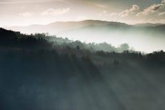 Montanhas e raias de luz fotografia de stock royalty free