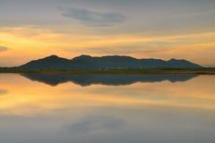 Montanhas e reflexão imagens de stock royalty free