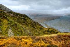 Montanhas e rio trançado de Alaska solitário foto de stock