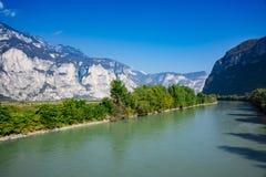 Montanhas e River Adige em San Michele toda 'Adige, Itália foto de stock