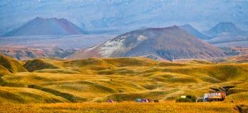 Montanhas e saltos do nalichevo de Kamchatka fotografia de stock