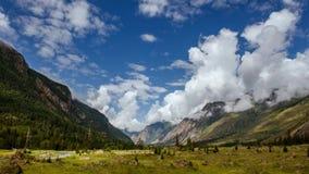 Montanhas e timelapse do céu nebuloso 4K filme