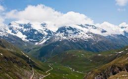 Montanhas e vale. Alpes franceses Imagem de Stock
