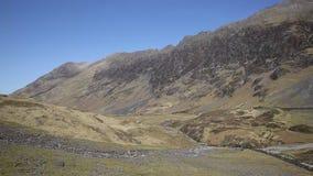 Montanhas e vale bonitos BRITÂNICOS de Escócia do vale de Glencoe no tempo ensolarado filme