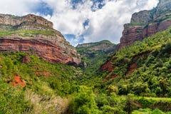 Montanhas e vale na estação de mola na Espanha Imagens de Stock