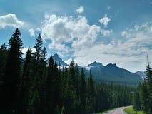 Montanhas elevando-se na maneira ao parque nacional de Yellowstone imagens de stock