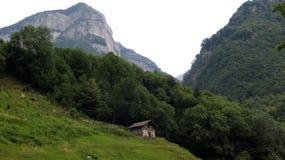 Montanhas em Lavertezzo Começo de caminhar excursões Vale de Verzasca Cumes de Suíça imagem de stock royalty free