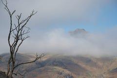 Montanhas em piques de Langdale das nuvens, distrito Reino Unido do lago foto de stock royalty free