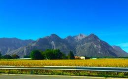 Montanhas em Switzerland Paisagem bonita nos cumes suíços Férias e viagem às montanhas foto de stock royalty free