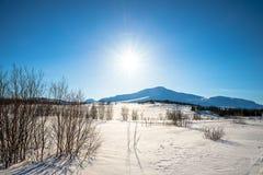 Montanhas em um dia de inverno ensolarado Fotografia de Stock