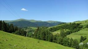 Montanhas em um dia ensolarado imagens de stock royalty free