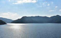 Montanhas em uma represa Foto de Stock
