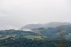 Montanhas enevoadas em França Região Midi Pyrenees Imagens de Stock