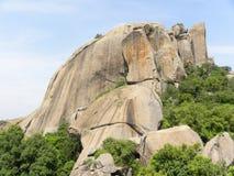 Montanhas enormes do granito com árvores selvagens e o céu azul Imagem de Stock Royalty Free