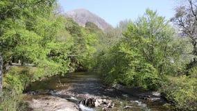Montanhas escocesas Escócia Reino Unido de Lochaber da vila de Coe Glencoe do rio vídeos de arquivo