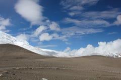 Montanhas folheadas da neve perto do lago Gurudongmar Foto de Stock Royalty Free