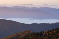 Montanhas fumarentos do nascer do sol do outono Fotografia de Stock