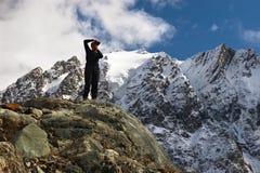 Montanhas, geleira e homens. Imagens de Stock