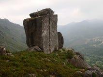Montanhas graníticos e montes desmatados do parque nacional de Peneda-Gerês em Portugal do norte imagens de stock